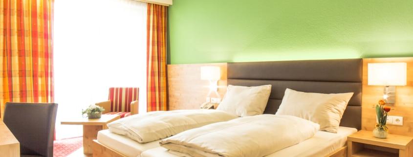 Hotel Rössl helles modernes Schlafzimmer